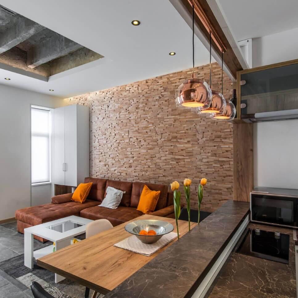 Wandverkleidung aus Holz. Wandpaneele für die Innenarchitektur